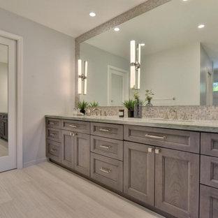 Ejemplo de cuarto de baño principal, contemporáneo, de tamaño medio, con armarios estilo shaker, puertas de armario de madera en tonos medios, ducha esquinera, sanitario de una pieza, baldosas y/o azulejos grises, baldosas y/o azulejos de vidrio laminado, paredes grises, suelo de azulejos de cemento, lavabo bajoencimera, encimera de cuarcita, suelo gris, ducha abierta y encimeras naranjas