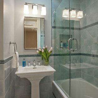 Esempio di una piccola stanza da bagno chic con lavabo a colonna, vasca ad alcova, vasca/doccia, piastrelle blu, piastrelle in gres porcellanato, pavimento in marmo e pareti grigie