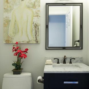На фото: маленькие ванные комнаты в классическом стиле с фасадами с утопленной филенкой, черными фасадами, унитазом-моноблоком и мраморной столешницей