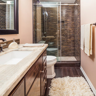 Inredning av ett klassiskt mellanstort badrum med dusch, med ett undermonterad handfat, luckor med infälld panel, skåp i mörkt trä, granitbänkskiva, en toalettstol med separat cisternkåpa, brun kakel, glaskakel, orange väggar och klinkergolv i keramik