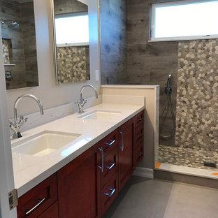 Ispirazione per una stanza da bagno con doccia contemporanea di medie dimensioni con ante in stile shaker, ante rosse, pavimento in gres porcellanato, lavabo sottopiano, pavimento grigio, doccia alcova, piastrelle grigie, piastrelle in gres porcellanato, pareti bianche, top in quarzite e doccia aperta