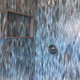Esempio di una stanza da bagno con doccia costiera di medie dimensioni con doccia ad angolo, WC monopezzo, piastrelle blu, pareti beige, pavimento in gres porcellanato, piastrelle di vetro e lavabo a consolle