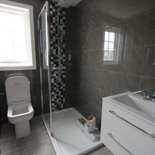Esempio di una stanza da bagno con doccia vittoriana di medie dimensioni con ante di vetro, ante bianche, doccia a filo pavimento, WC monopezzo, piastrelle multicolore, pareti multicolore, lavabo sospeso, pavimento grigio e doccia aperta