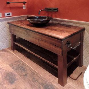 Inspiration för ett litet amerikanskt badrum med dusch, med ett fristående handfat, öppna hyllor, skåp i mörkt trä, träbänkskiva, en toalettstol med separat cisternkåpa, mellanmörkt trägolv, orange väggar, vit kakel och porslinskakel