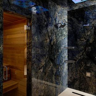 Ispirazione per una grande sauna minimal con piastrelle blu, doccia doppia, pareti nere e pavimento in travertino