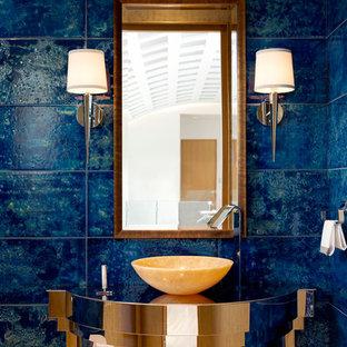 Ejemplo de cuarto de baño con ducha, contemporáneo, pequeño, con baldosas y/o azulejos azules, paredes azules y lavabo con pedestal