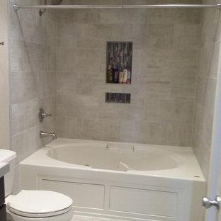 Ispirazione per una stanza da bagno padronale design di medie dimensioni con ante in stile shaker, ante marroni, vasca idromassaggio, WC a due pezzi, piastrelle beige, piastrelle in gres porcellanato, pavimento in gres porcellanato, lavabo a bacinella, top piastrellato e pavimento beige