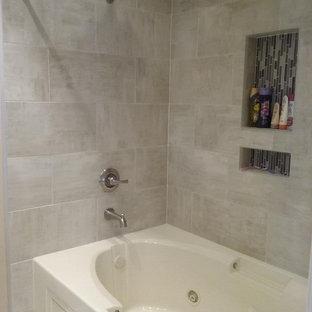 Idee per una stanza da bagno padronale design di medie dimensioni con ante in stile shaker, ante marroni, vasca idromassaggio, WC a due pezzi, piastrelle beige, piastrelle in gres porcellanato, pavimento in gres porcellanato, lavabo a bacinella, top piastrellato e pavimento beige