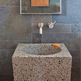 Immagine di una stanza da bagno contemporanea di medie dimensioni con lavabo a colonna, piastrelle in ardesia, pareti grigie, pavimento in cemento e pavimento grigio