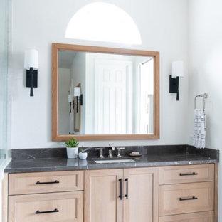 Стильный дизайн: большая главная ванная комната в скандинавском стиле с фасадами с декоративным кантом, светлыми деревянными фасадами, отдельно стоящей ванной, угловым душем, унитазом-моноблоком, черно-белой плиткой, керамической плиткой, белыми стенами, полом из керамической плитки, врезной раковиной, мраморной столешницей, черным полом, душем с распашными дверями, черной столешницей, сиденьем для душа, тумбой под одну раковину, напольной тумбой и многоуровневым потолком - последний тренд