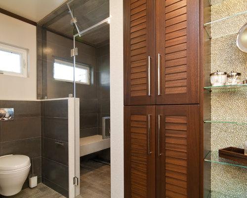 Salle de bain avec un placard porte persienne et un wc suspendu photos et id es d co de for Placard suspendu