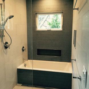 Exempel på ett litet modernt en-suite badrum, med ett platsbyggt badkar, en kantlös dusch, blå kakel, vita väggar och klinkergolv i keramik