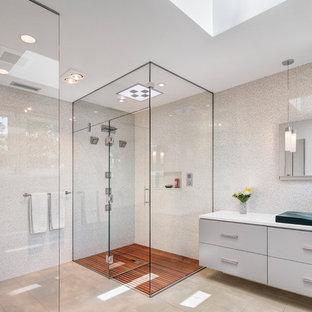 Modernes Badezimmer En Suite mit Aufsatzwaschbecken, flächenbündigen Schrankfronten, weißen Schränken, weißen Fliesen, Mosaikfliesen, Eckdusche, Toilette mit Aufsatzspülkasten, weißer Wandfarbe, Mineralwerkstoff-Waschtisch und Falttür-Duschabtrennung in Chicago