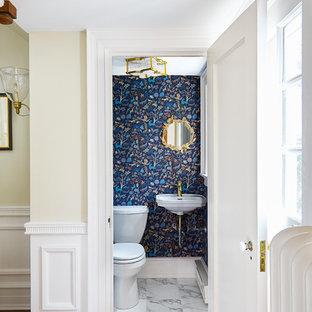 Kleines Klassisches Duschbad mit Toilette mit Aufsatzspülkasten, blauer Wandfarbe, Marmorboden, Wandwaschbecken, gelbem Boden und weißer Waschtischplatte in Wilmington