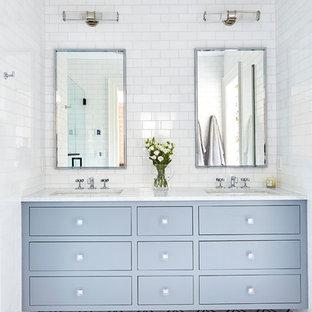 ウィルミントンの中くらいのトランジショナルスタイルのおしゃれなマスターバスルーム (フラットパネル扉のキャビネット、グレーのキャビネット、アルコーブ型シャワー、白いタイル、セラミックタイル、大理石の床、アンダーカウンター洗面器、大理石の洗面台、開き戸のシャワー、白い洗面カウンター、マルチカラーの床) の写真