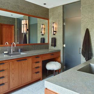 Идея дизайна: большая главная ванная комната в современном стиле с плоскими фасадами, фасадами цвета дерева среднего тона, серой плиткой, серыми стенами, монолитной раковиной, двойным душем, полом из известняка, столешницей из известняка, душем с распашными дверями и плиткой из известняка