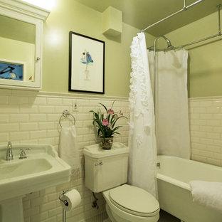 Foto di una stanza da bagno con doccia chic di medie dimensioni con ante con bugna sagomata, ante bianche, vasca ad angolo, doccia aperta, WC monopezzo, piastrelle bianche, lastra di pietra, pareti arancioni, parquet scuro, lavabo da incasso e top in granito