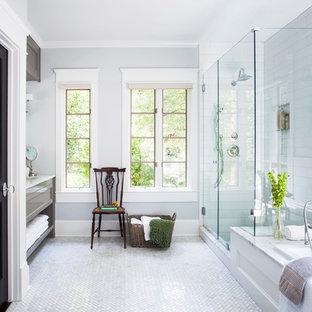Immagine di una stanza da bagno padronale classica di medie dimensioni con lavabo sottopiano, ante grigie, top in marmo, vasca da incasso, doccia ad angolo, piastrelle bianche, piastrelle diamantate e pareti grigie