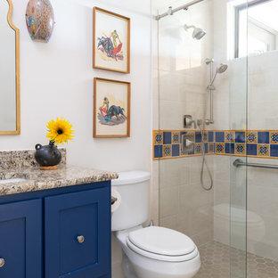 Ispirazione per una stanza da bagno per bambini american style di medie dimensioni con consolle stile comò, ante blu, doccia alcova, piastrelle multicolore, lavabo sottopiano, top in granito, porta doccia scorrevole e top beige