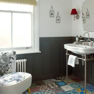 Imagen de cuarto de baño infantil, tradicional, pequeño, con lavabo tipo consola, baldosas y/o azulejos multicolor, suelo multicolor, armarios tipo mueble, puertas de armario blancas, sanitario de dos piezas, paredes grises y suelo de baldosas de cerámica
