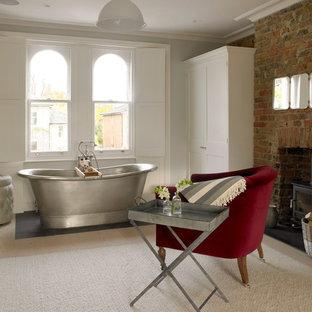 Foto di un'ampia stanza da bagno vittoriana con vasca freestanding, parquet chiaro, pareti bianche e pavimento beige