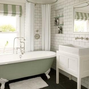 Ejemplo de cuarto de baño tradicional renovado con bañera con patas y lavabo sobreencimera