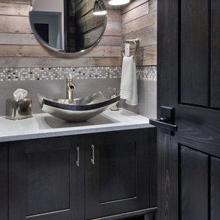 Diseño de cuarto de baño rural, pequeño, con armarios estilo shaker, puertas de armario negras, sanitario de una pieza, baldosas y/o azulejos multicolor, paredes multicolor, lavabo sobreencimera y encimera de granito