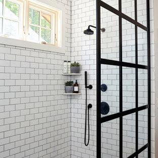Diseño de cuarto de baño principal y abovedado, rústico, pequeño, con armarios abiertos, puertas de armario grises, ducha empotrada, baldosas y/o azulejos blancos, baldosas y/o azulejos de cemento, paredes blancas, suelo con mosaicos de baldosas, lavabo integrado, encimera de cemento, suelo negro, ducha abierta y encimeras grises