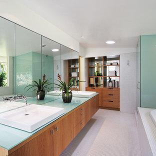 Großes Modernes Badezimmer En Suite mit flächenbündigen Schrankfronten, hellbraunen Holzschränken, Einbaubadewanne, Eckdusche, weißen Fliesen, Mosaikfliesen, weißer Wandfarbe, Mosaik-Bodenfliesen, Aufsatzwaschbecken, Glaswaschbecken/Glaswaschtisch, Falttür-Duschabtrennung, weißem Boden und blauer Waschtischplatte in Los Angeles