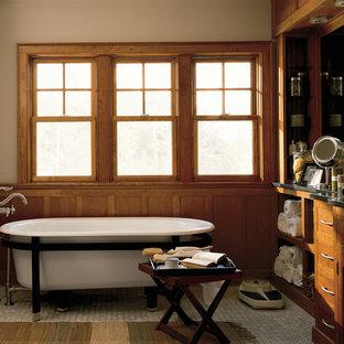 Inredning av ett rustikt stort en-suite badrum, med bruna skåp, en jacuzzi, beige kakel, vita väggar och mosaikgolv