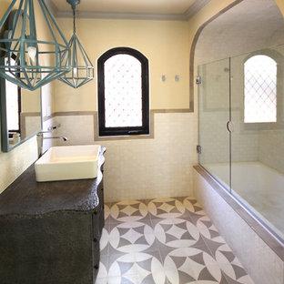 Ispirazione per una piccola stanza da bagno con doccia mediterranea con lavabo a bacinella, consolle stile comò, ante grigie, top in zinco, vasca da incasso, vasca/doccia, piastrelle bianche, piastrelle di cemento, pareti bianche e pavimento con piastrelle in ceramica