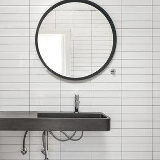 Foto på ett mellanstort funkis svart badrum, med en öppen dusch, vit kakel och bänkskiva i betong