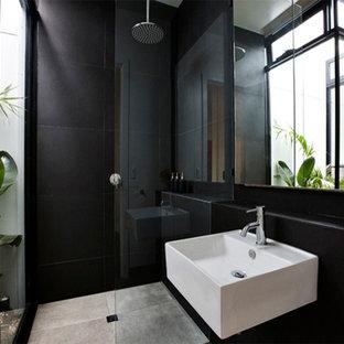Ispirazione per una piccola stanza da bagno padronale minimal con lavabo sospeso, ante lisce, ante nere, top piastrellato, doccia aperta, WC monopezzo, piastrelle nere, piastrelle in ceramica, pareti nere e pavimento in travertino