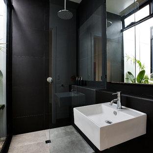 メルボルンのコンテンポラリースタイルのおしゃれな浴室 (壁付け型シンク、オープン型シャワー、黒いタイル、セラミックタイル、黒い壁、セラミックタイルの床、オープンシャワー) の写真