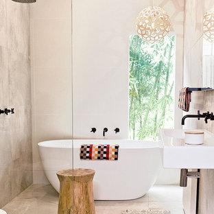 Réalisation d'une salle de bain design de taille moyenne avec un lavabo suspendu, une baignoire indépendante, une douche ouverte et aucune cabine.