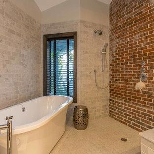 Diseño de cuarto de baño principal, bohemio, grande, con bañera exenta, ducha abierta, sanitario de una pieza, baldosas y/o azulejos grises, baldosas y/o azulejos de piedra, paredes blancas, suelo de madera en tonos medios, lavabo bajoencimera y encimera de cemento