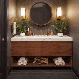 Idéer för ett mellanstort modernt vit badrum, med släta luckor, skåp i mellenmörkt trä, en öppen dusch, grå kakel, cementkakel, bänkskiva i kvartsit, en toalettstol med hel cisternkåpa, grå väggar, klinkergolv i keramik, ett undermonterad handfat, grått golv och med dusch som är öppen