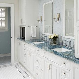 Esempio di una grande stanza da bagno padronale chic con ante con bugna sagomata, ante bianche, piastrelle blu, piastrelle a mosaico, pareti beige, pavimento in gres porcellanato, lavabo sottopiano, top in granito, pavimento bianco e top blu