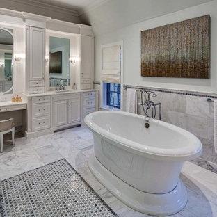 Esempio di una stanza da bagno classica con vasca freestanding