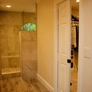 他の地域の中サイズのトランジショナルスタイルのおしゃれなマスターバスルーム (落し込みパネル扉のキャビネット、グレーのキャビネット、コーナー設置型シャワー、分離型トイレ、ベージュのタイル、グレーのタイル、セラミックタイル、ベージュの壁、ラミネートの床、アンダーカウンター洗面器、御影石の洗面台、茶色い床、オープンシャワー) の写真