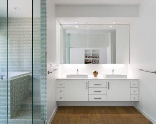 Salle de bain avec un bain japonais et des portes de - Porte de placard salle de bain ...