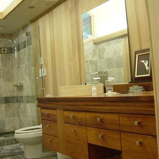 Idee per una grande stanza da bagno padronale stile americano con lavabo a bacinella, ante lisce, ante in legno scuro, top in legno, vasca giapponese, doccia ad angolo, WC a due pezzi, piastrelle grigie, piastrelle in gres porcellanato, pareti beige e pavimento in gres porcellanato