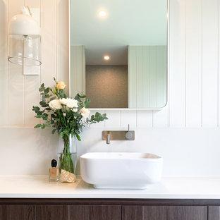 Идея дизайна: главная ванная комната среднего размера с коричневыми фасадами, отдельно стоящей ванной, открытым душем, унитазом-моноблоком, серой плиткой, цементной плиткой, белыми стенами, полом из цементной плитки, настольной раковиной, столешницей из искусственного кварца, серым полом, открытым душем, белой столешницей, тумбой под две раковины, подвесной тумбой и панелями на части стены