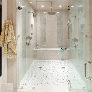 Idéer för mycket stora vintage en-suite badrum, med ett undermonterad handfat, luckor med infälld panel, skåp i mörkt trä, bänkskiva i akrylsten, en dusch i en alkov, en toalettstol med separat cisternkåpa, vit kakel, keramikplattor, beige väggar, klinkergolv i keramik och dusch med gångjärnsdörr