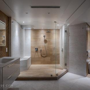 Неиссякаемый источник вдохновения для домашнего уюта: большая главная ванная комната в современном стиле с стеклянными фасадами, белыми фасадами, двойным душем, писсуаром, серой плиткой, керамической плиткой, бежевыми стенами, полом из керамогранита, монолитной раковиной, столешницей из искусственного камня, белым полом и душем с распашными дверями