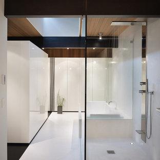 シアトルの中くらいのモダンスタイルのおしゃれなマスターバスルーム (フラットパネル扉のキャビネット、白いキャビネット、ドロップイン型浴槽、オープン型シャワー、アンダーカウンター洗面器、白い壁、オープンシャワー、白い床) の写真