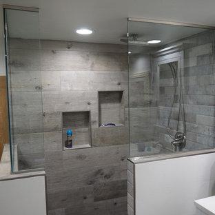 Стильный дизайн: ванная комната среднего размера в стиле современная классика с душевой кабиной, фасадами в стиле шейкер, белыми фасадами, угловым душем, раздельным унитазом, серой плиткой, керамической плиткой, серыми стенами, полом из ламината, врезной раковиной, столешницей из искусственного кварца, серым полом и открытым душем - последний тренд
