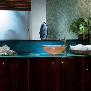 Foto di una stanza da bagno minimal di medie dimensioni con ante lisce, ante in legno bruno, top in vetro e pareti bianche