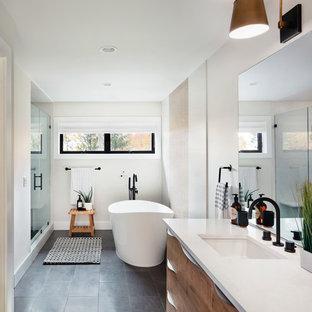 Idéer för att renovera ett 50 tals en-suite badrum, med ett fristående badkar, beige kakel, beige väggar och dusch med gångjärnsdörr