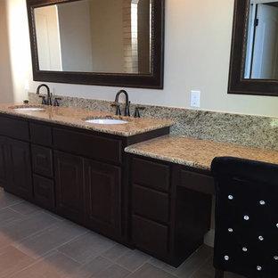 Imagen de cuarto de baño con ducha, clásico, de tamaño medio, con armarios con paneles con relieve, puertas de armario de madera en tonos medios, sanitario de dos piezas, paredes beige, suelo de pizarra, lavabo bajoencimera y encimera de granito